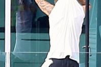 """Justin Bieber trés hot montrant son corps trés sexy et ses belles fesses bombés moulée dans son boxer Calvin Klein à l'extérieur de sa maison à Beverly Hills, CA.""""Part 1"""""""