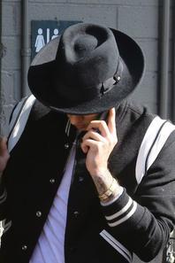 Justin Bieber s'arrêtant à une station-service en Californie.
