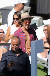 """Justin Bieber à la piscine de son hôtel à Miami, Floride """"Part 1"""""""