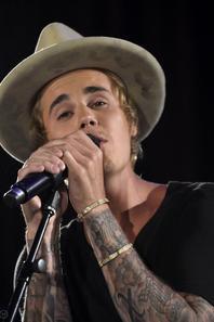 Justin Bieber donne un petit show acoustique lors de la 11e édition du tournoi Desert Smash organisé par Will Ferrell.
