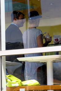 Justin Bieber mange une glace au Pinkberry à Hollywood, en Californie.