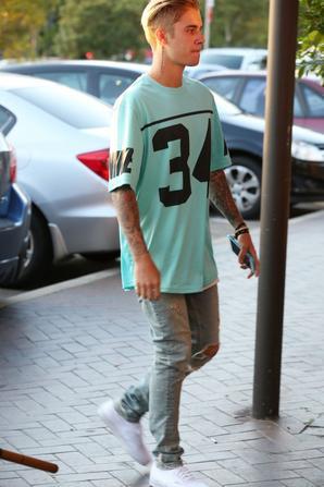 Justin Bieber allant dans un café à Sydney, en Australie.