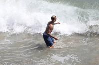 Justin Bieber trés sexy sur la plage de Malibu, en Californie.