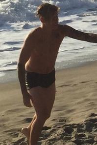 Justin Bieber trés hot dans son boxer noir Calvin Klein à Laguna Beach, Californie.