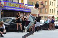 Justin Bieber trés hot faisant du skateboard au Radio City Music Hall à New York City, NY.
