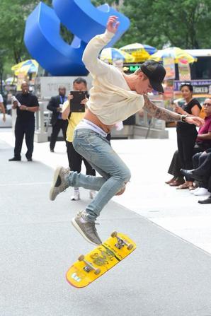 Justin Bieber trés hot faisant du skateboard au Radio City Music Hall à New York City, NY.
