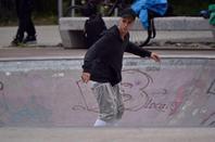 Justin Bieber faisant du skate dans un skatepark à Berlin, Allemagne.