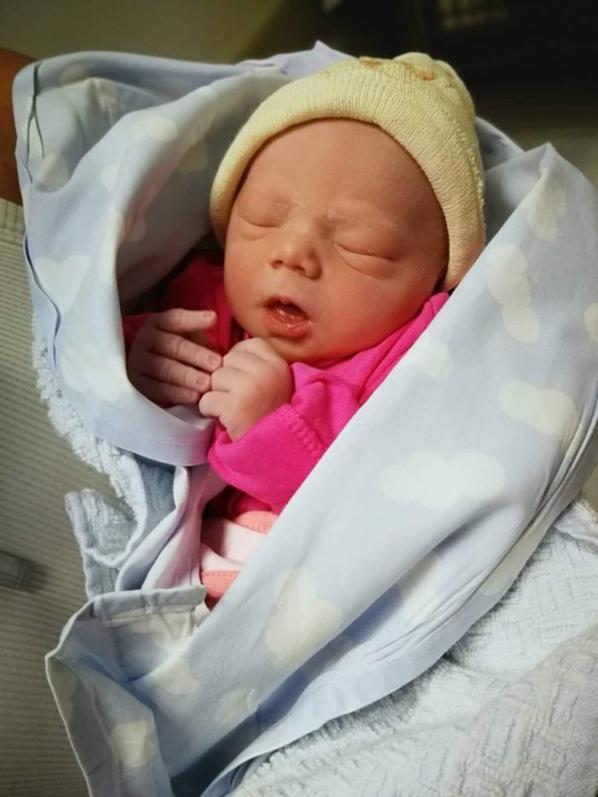 ma princesse est venue au monde à 36 semaines ce 28 juin à 20h23 2kg800 et 47 cm