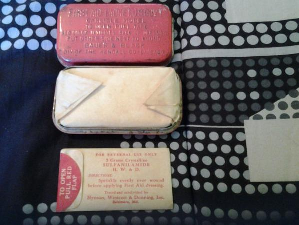 first aid kit (pansements U.S.)
