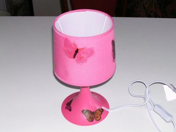 lampe de chevet fuchsia décorée d'une serviette en papier papillon