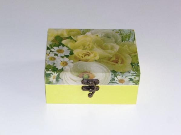 boîte a bijoux fleurs décorée en serviettage