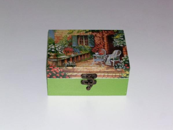 boîte a bijoux maison fleurie décorée en serviettage