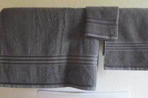 Serviettes de toilette - Très décue par la couleur de cet ensemble commandé sur internet, j'ai rehaussé le bord par une broderie aux points de croix. C'est sûr, mon amie Chris aurait fait une dentelle superbe, mais je n'ai pas sa dextérité !