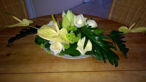 Un centre de table pour le soir de Noël fait au cours d'art floral.