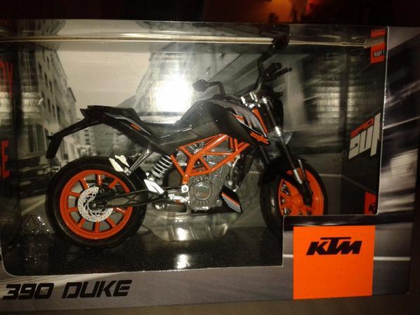 JE VOIS DU ORANGE !! KTM DUKE - ROADSTER ECHELLE 1/12.