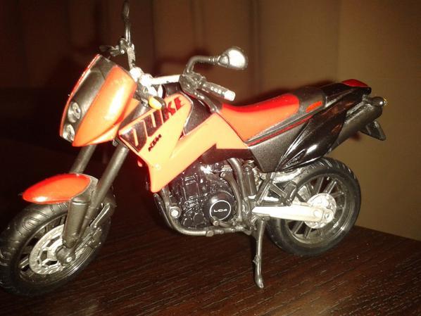 VOICI UNE MOTO SYMPAS - MOTO KTM DUKE II - ROADSTER ECHELLE 1/18.