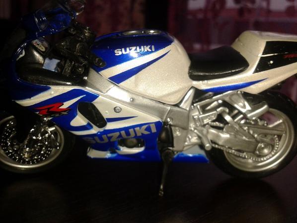 TRÈS SPORT !!!  SUZUKI GSXR 750 - SPORTIVE ECHELLE 1/18.