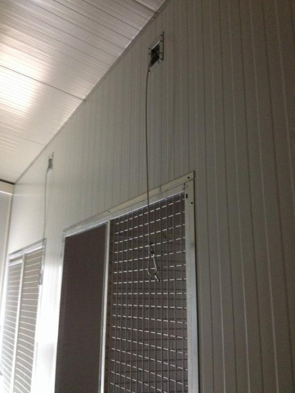 Trappe mécanique et fixation du câblage sur les panneaux grillagés