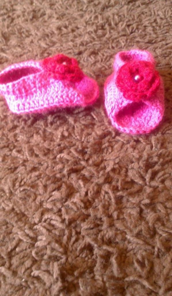 petit chaussons rose et fleur rouge
