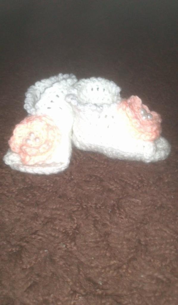 petit chaussons blanc à fleur rose pâle