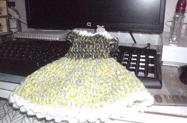 je fais un trousseau de vêtements pour poupées 35 cm en crochet que je vendrais + un châle avec des têtes de mort