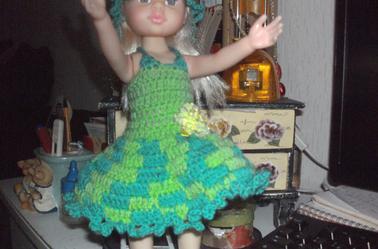 je fais un trousseau de vêtements pour poupées 35 cm en crochet que je vendrais