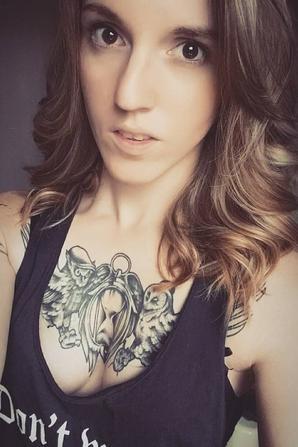 noemie tatouée et sexy