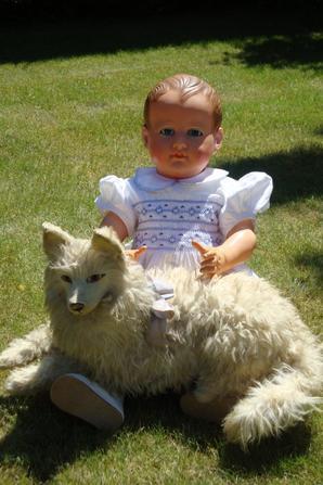 Albert,  petit collin de 70 cm,le plus grand de la série.....                                Le chien qui se trouve sur ses genoux a été trouvé hier au salon de Lommes.Un joli moment de partage  et de rencontres !