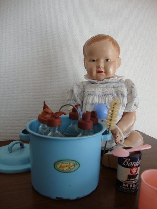 petit intermède au coeur de la pause  estivale pour vous montrer ce  petit stérilisateur , c'est un  présent qui me touche ,il m'a été offert par  Virginie  qui connait  mes gôuts en matière de poupées .