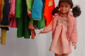 Francie a décidé d emmener les filles skipper et skotter faire du shopping..La vendeuse stasey est charmante et efficace.