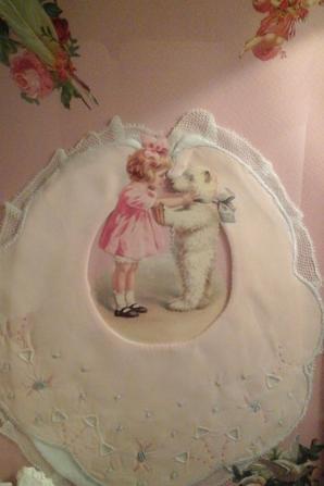 Il y a des jours où tout semble rose et léger. ...Samedi était un de ces jours quand j  ai reçu ce ravissant cadre qui a trouvé sa place  parmi mes bébés  roses. merci!