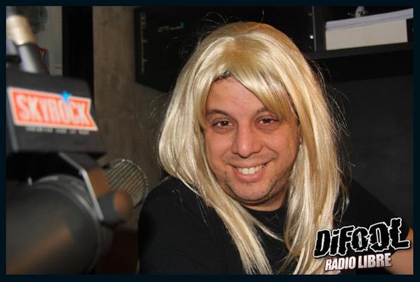 Les membres de la Radio libre avec une perruque blonde.