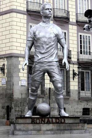 Statue de Cristiano Ronaldo à ( Lisbonne & Madrid ) .