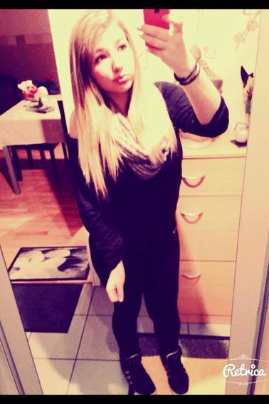 Cherche pas une perfection , trouve celle qui te fais sourir , j'ai fais pareil et j'ai trouver <3 *.*