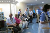 Les hospitaliers et hospitalières se mettent à la disposition des personnes malades et handicapées pour les accompagner dans les gestes de leur vie quotidienne