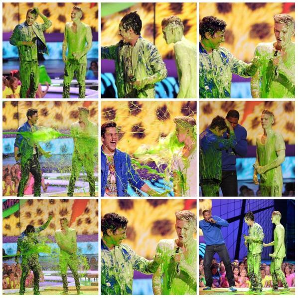 29 mars: Cody et Austin Mahone se slimed sur scène lors des Kids Choice Awards de 2014