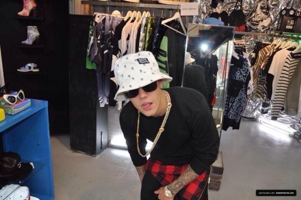 24.04 - Justin fait du shopping à 'Candy', Tokyo