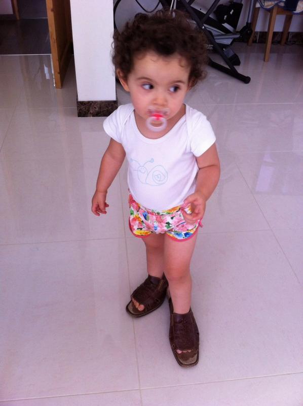 Ma petite fille avec les chaussure de mamie