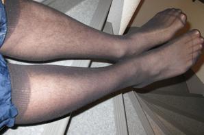 Dans les escaliers en sheer noir