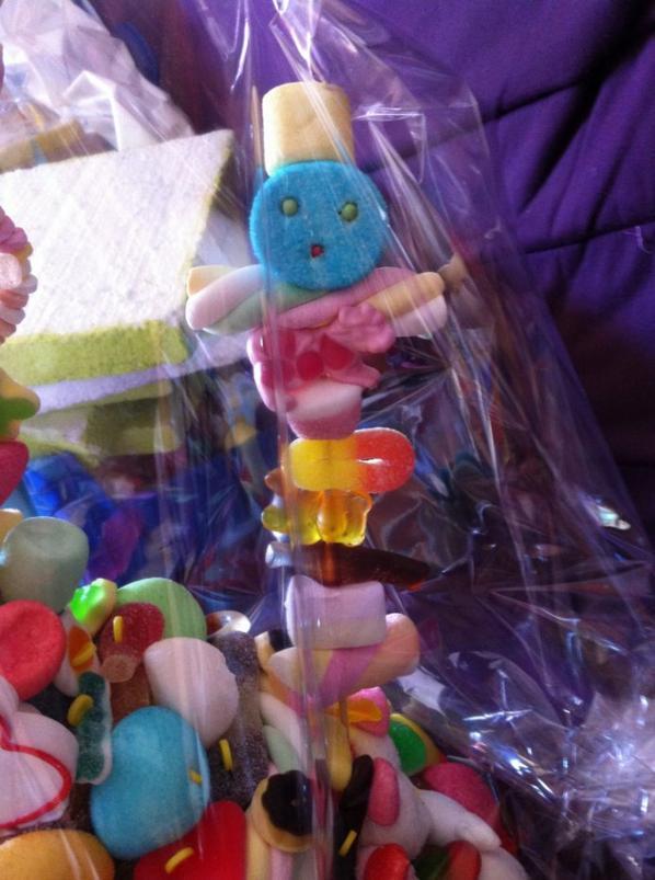 Brochettes de bonbon qui se trouvent sur la gâteau
