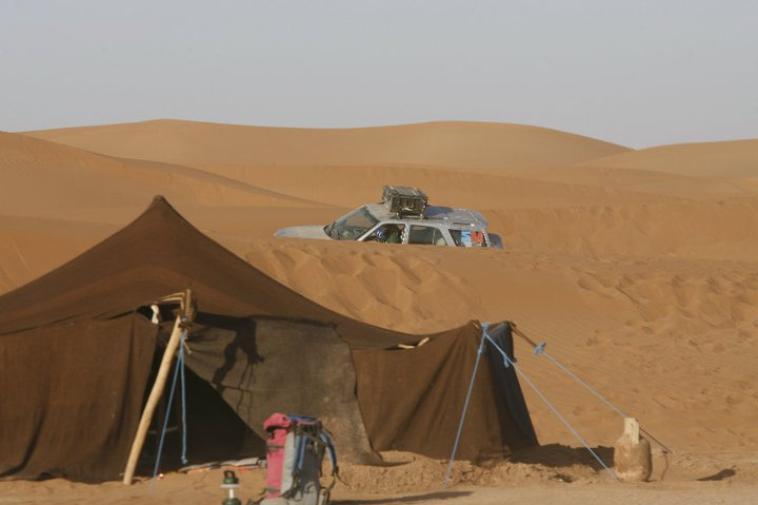 """Rencontre avec l'équipe chamelière et départ depuis;;mhamid alghizlan """" à 17 h pour une excursion d'environ 2 heures à dos de dromadaire jusqu'au bivouac. Bivouac au pied des dunes. Arrivée au bivouac installation dans les tentes. Vous pourrez apprécier le coucher de soleil. Diner autour du feu de camp, soirée musicale avec l'équipe berbère ou vous pourrez découvrir les chants, les danses les traditions. Vous assisterez à la préparation du pain cuit dans le sable. Vous y découvrirez le mode de vie berbère. Les premiers rayons de soleil vous réveil au milieu des dunes, la ou vous pourrez apprécier le lever du soleil dans la tente restaurant du bivouac ou vous apprécierez un petit déjeuner copieux. Puis retour pour une excursion d'environs 2 heures à dos de dromadaire ou vous rejoindrez notre;;; wlad driss;;"""