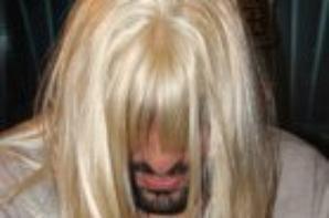 Les membrs de la Radio libre avec une perruque blonde.