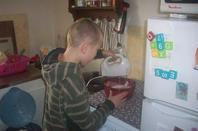 mon fils fabien qui prépare un bon petit gâteau sa va être un bon pâtissier