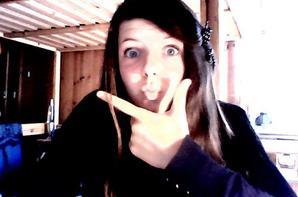 Sinon je suis une fille normale qui aime se prendre en photo ^^ :D