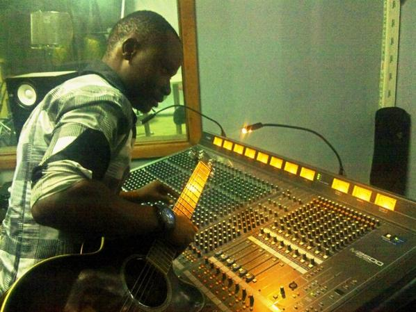 Rapidoux samar, né en 1993, est un musicien, guitariste, compositeur et chanteur né à kinshasa