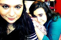 Tu vois cette fille là bas ,elle a peut te paraitre ordinaire mais détrompe toi ,elle est tout le contraire .Cette fille est extraordinairement forte et courageuse ,je partage tout avec cette fille parce que je sais que je pourrais lui livrer ma vie elle m'écouteras toujours et jamais ne me jugeras .Elle a beau etre énervante et avoir un caractère merdique .Elle fait partie de ma vie et je l'aime plus que tout .Elle est comme un morceau de moi , le meilleur morceau de moi .J'espere que notre amitié ne s'arretera jamais  .Tu vois cette fille je l'aime ,pour ce quelle est .Parce quelle est unique ! Je t'aime Laura .♥♥