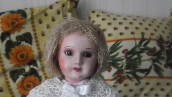 poupée à identifier : il y est d'inscrit que le chiffre 2 sur son cou et ses cheveux sont en paille elle mesure 30 cm environ merci si vous savez quelque chose sur cette mytérieuse demoiselle