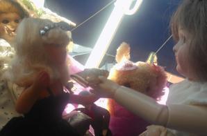 Miss Peynet 1 , reçoit un joli panier en osier avec une rose car elle aime les fleurs