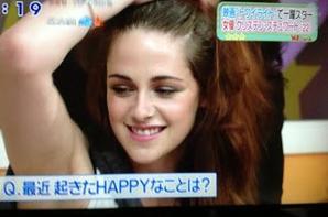 Lors de sa 1ère étape promotionnelle deBreaking Dawn Part.2au Japon, Kristen a participé la nuit dernière à l'émission de TV 'Sukkiri'. Malheureusement,sans Rob. Au moins,elle a l'air heureuse..