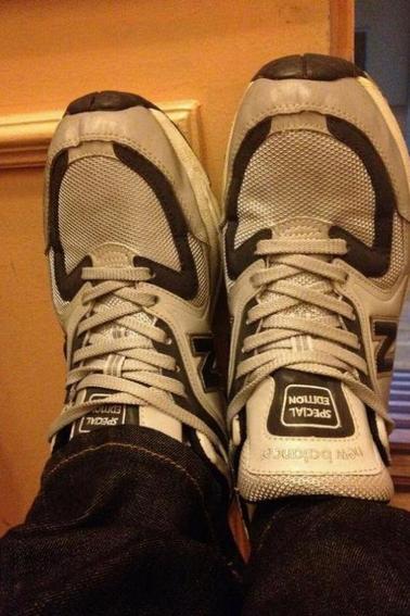 Yonghwa poste sur ses chaussures.